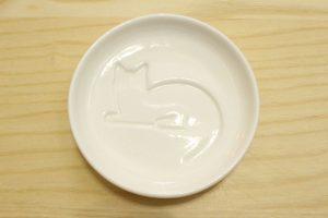 動物の柄が浮き出る醤油皿,ねこ,猫,,かわいい,ほっこり,食器,チャイナ,陶器,お刺身